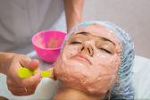 Woman receiving facial mask — Zdjęcie stockowe
