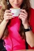 Woman drinking coffee — Photo