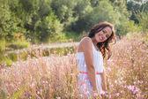 Mulher no campo — Fotografia Stock