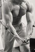 Człowiek w siłowni — Zdjęcie stockowe