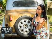 Brunette woman near vintage car — Foto Stock