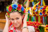 Ukrainian girl in a wreath of flowers — Stock Photo