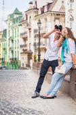 Couple with map and binocular on street — Stock Photo