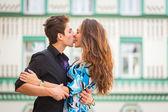 Pár v lásce, objímání na ulici — Stock fotografie
