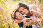Mother and son in high grass — Stockfoto