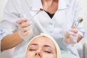 Beautician performs Dermaroller procedure — Stock Photo