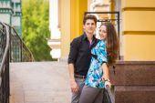 Paar posieren auf Straße — Stockfoto