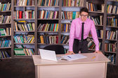 Student working in a library — Stockfoto