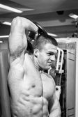 Hombre musculoso trabajando con mancuernas — Foto de Stock