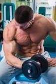 Člověk dělá cvičení s činka v tělocvičně — Stock fotografie