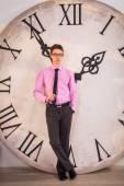 Saatin yanında genç adam — Stok fotoğraf