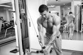 Muscular man working out with weights — Stockfoto