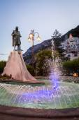 Fountain with monument in evening — Stock Photo