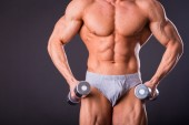 Bodybuilder shows his muscles — Stockfoto