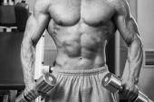 Muž v tělocvičně s činkami — Stock fotografie