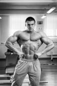 Bodybuilder shows his muscles — Stock Photo