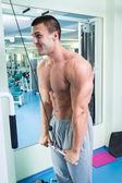 Homem faz exercícios no ginásio — Fotografia Stock