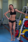 Muscular blonde working out in the gym — Stock fotografie