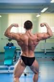 Культурист, демонстрируя его мышцы — Стоковое фото