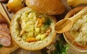 Sopa de repollo en una hogaza de pan — Foto de Stock