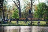 Menschen im Park in der Nähe des Sees — Stockfoto