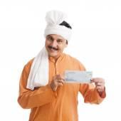 Portrét muže ukazující bankovní šek a usmívá se — Stock fotografie