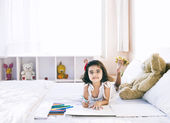 Portrait of a girl making a drawing — Foto Stock