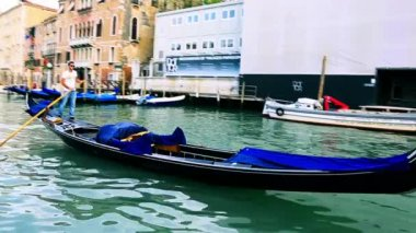 Gondola moving in Grand Canal — Stock Video