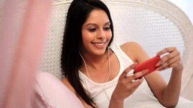 Vrouw luisteren naar een mp3-speler — Stockvideo