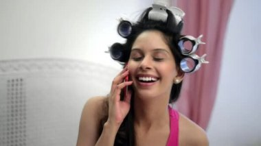 Woman talking on mobile phone — Stock Video