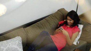 Mensagens de texto de mulher — Vídeo stock