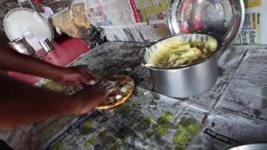 Chef applying butter to kulcha — Stock Video