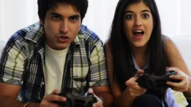 Siblings playing video game — Stock Video
