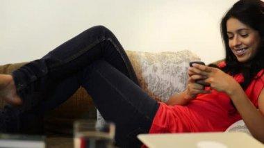 Woman text messaging — Vidéo