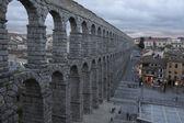 Vista da praça principal e o aqueduto romano de Segóvia-Espanha — Fotografia Stock