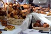 Свежую выпечку в пекарне торговых счетчика — Стоковое фото