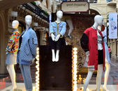 Демонстрация моделей одежды в шопе — Стоковое фото