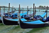 Mooring for the gondola in Venice — Stock Photo