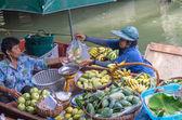 BANGKOK - APRIL 19: Merchant and customer on Wooden boats at Klong Lat Mayom Float Market on April 19, 2014 in Bangkok. — Stock Photo