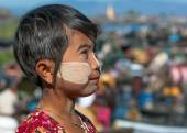 INLE LAKE, MYANMAR - DEC 31: face of unidentified the young girl  burmese with traditional thanaka, on December 31, 2010 in Inle Lake, Myanmar. — Stock Photo