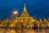 YANGON, MYANMAR - JAN 7 : The atmosphere of Shwedagon Pagoda on January 7, 2011, in Yangon, Myanmar. Shwedagon Pagoda is the most sacred Buddhist pagoda for the Burmese. — Stock Photo