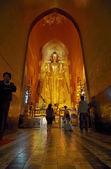 Bagan, Myanmar - 5 de ene: Undefiend budistas orando el Stand — Foto de Stock