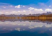 Mountain lake landscape at Khaosok National Park, Ratchaprapha D — Stock Photo