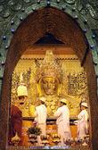 MANDALAY - JAN 03:The senior monk Beg to Mahamuni Buddha in ritual of face wash on JAN 03,2011 at Mahamuni temple-Mandalay Myanmar.This ritual begin every morning at4am. — Stock Photo