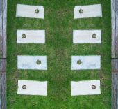 Gångväg med gräs och rasbranter för dekorera bakgrunden — Stockfoto
