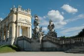Gloriette and beautiful statues in the garden of Schonbrunn — Stock Photo