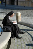 The nun studying at the edge of the fountain — Stock fotografie