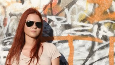 Girl with sunglasses on background of graffiti — Vidéo