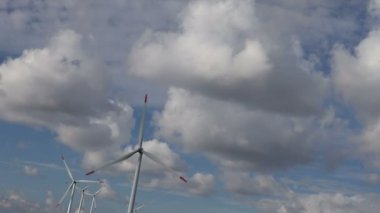 Energy wind turbines and sky with clouds — Vídeo de stock