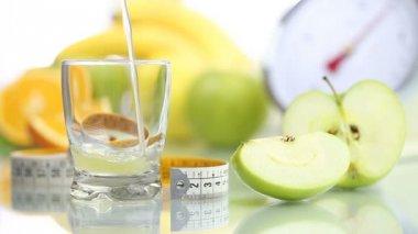 Apple juice poured in glass, fruit meter scales diet food — Vídeo de stock